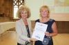Ministerin Birgit Keller überreicht die Anerkennungsurkunde an die RAG-Vorsitzende Sylvia Sippach