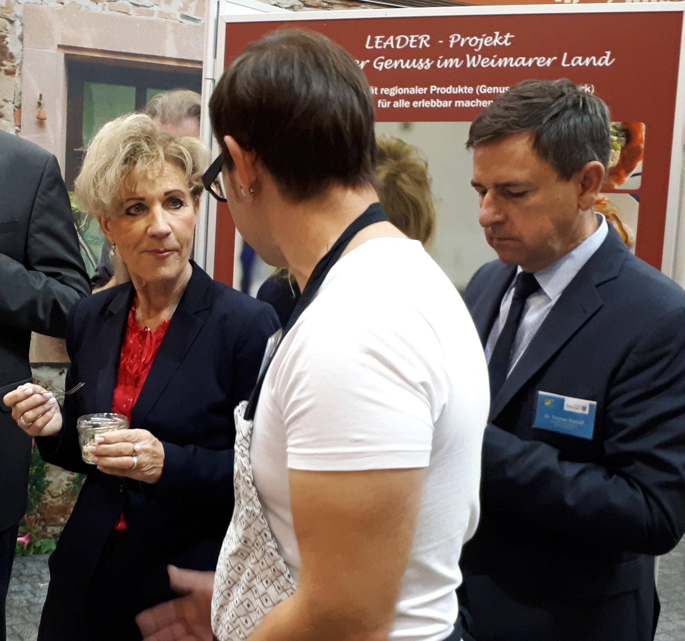 v.l.n.r.: Ministerin Birgit Keller (TMIL), Michael Stark (Kochschule Thüringen), Dr. Thomas Rudloff (Geschäftsführer VLF Thüringen) (Quelle: RAG Weimarer Land-Mittelthüringen e.V.)