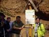 Herr Braniek und Frau Lieberknecht an der Tafel in der Kiesgrube am Kirchhügel in Niederreißen
