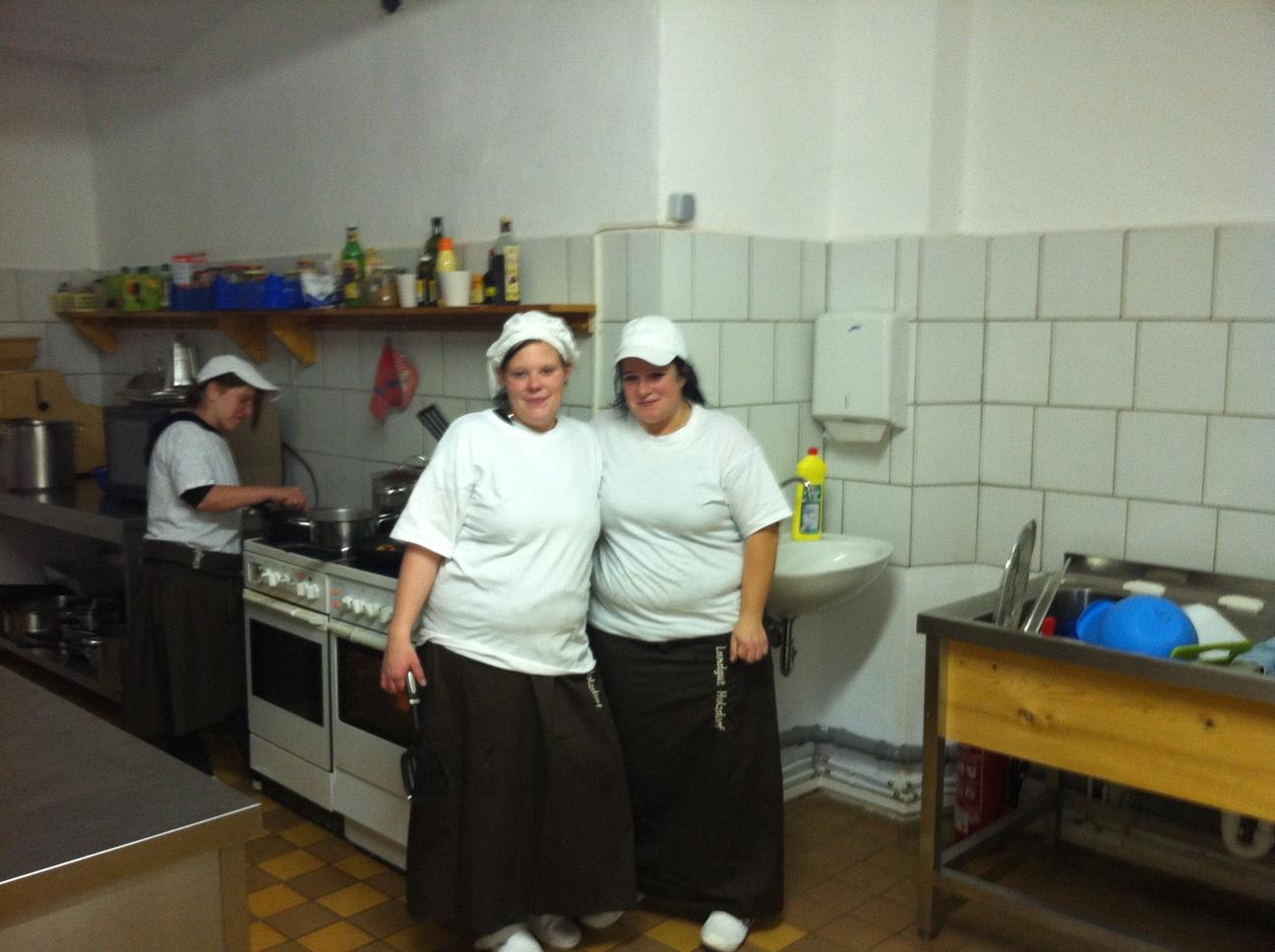 Teilnehmer in der Küche der Diakonie Landgut Holzdorf (Quelle: Frau Müller, LEB Thüringen)